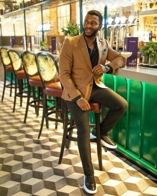 Comment s'habiller à 30 ans: Harmonise un blazer marron clair avec un pantalon chino olive pour achever un look habillé mais pas trop. Tu veux y aller doucement avec les chaussures? Termine ce look avec une paire de baskets basses en cuir noires et blanches pour la journée.