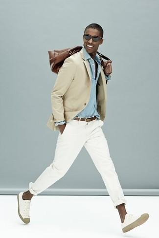 Comment porter une ceinture en cuir marron: Marie un blazer beige avec une ceinture en cuir marron pour un look confortable et décontracté. Assortis cette tenue avec une paire de baskets basses en toile blanches pour afficher ton expertise vestimentaire.