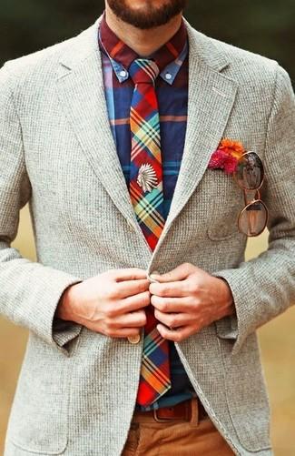 Comment porter: blazer en laine gris, chemise à manches longues écossaise multicolore, pantalon de costume en velours côtelé marron, cravate écossaise multicolore