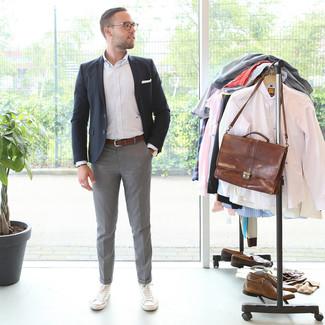 Comment porter: blazer noir, chemise à manches longues à rayures verticales blanche, pantalon de costume gris, baskets basses en toile blanches
