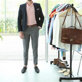 Comment porter: blazer noir, chemise à manches longues rose, pantalon de costume gris, slippers en daim noirs