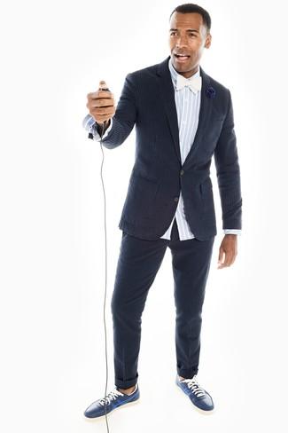 Comment porter: blazer en seersucker à rayures verticales bleu marine, chemise à manches longues en chambray à rayures verticales bleu clair, pantalon de costume en seersucker à rayures verticales bleu marine, baskets basses en cuir bleu marine
