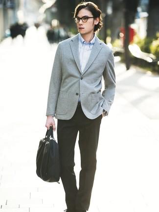 Comment porter: blazer en tricot gris, chemise à manches longues bleu clair, pantalon de costume noir, serviette en toile noire