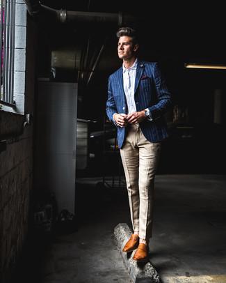 Comment porter: blazer à rayures verticales bleu, chemise à manches longues en seersucker blanche, pantalon de costume en lin marron clair, slippers en cuir tabac