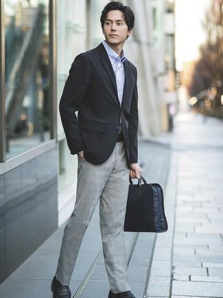 Comment porter: blazer noir, chemise à manches longues bleu clair, pantalon de costume écossais gris, slippers en cuir noirs