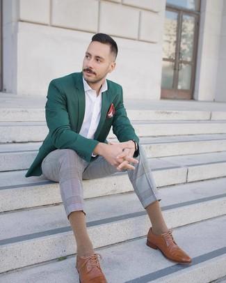 Comment porter: blazer vert foncé, chemise à manches longues blanche, pantalon de costume écossais gris, chaussures brogues en cuir marron clair