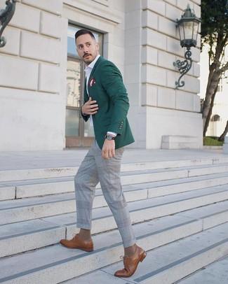 Comment porter: blazer vert foncé, chemise à manches longues blanche, pantalon de costume écossais gris, chaussures derby en cuir marron