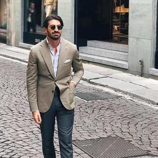 Comment porter: blazer beige, chemise à manches longues à rayures verticales bleu clair, pantalon de costume gris foncé, pochette de costume blanche