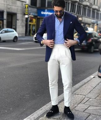 Comment porter: blazer bleu marine, chemise à manches longues bleu clair, pantalon de costume blanc, slippers en daim noirs