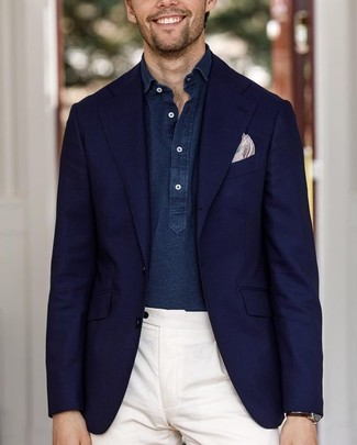 Comment porter: blazer bleu marine, chemise à manches longues en chambray bleu marine, pantalon de costume blanc, pochette de costume imprimée beige