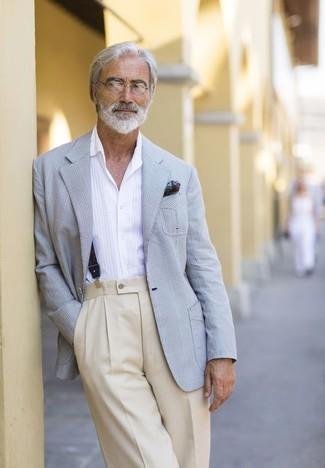 Comment porter: blazer écossais gris, chemise à manches longues blanche, pantalon de costume beige, pochette de costume imprimée vert foncé