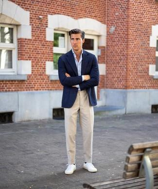 Comment porter: blazer en laine bleu marine, chemise à manches longues bleu clair, pantalon de costume en lin beige, baskets basses blanches