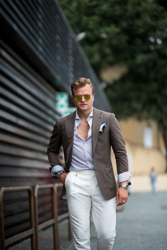 Comment porter un blazer marron: Quelque chose d'aussi simple que d'opter pour un blazer marron et un pantalon de costume en lin blanc peut te démarquer de la foule.