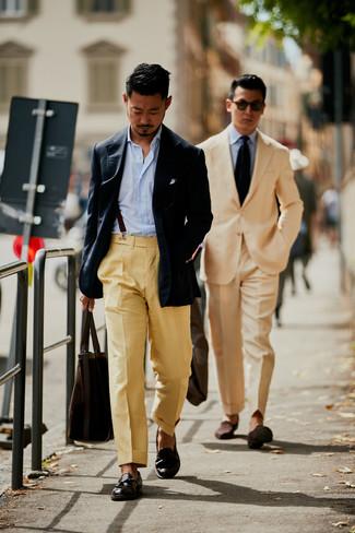 Comment porter: blazer bleu marine, chemise à manches longues à rayures verticales bleu clair, pantalon de costume marron clair, mocassins à pampilles en cuir marron foncé