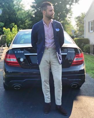 Comment porter: blazer bleu marine, chemise à manches longues à rayures verticales blanc et rouge, pantalon de costume en lin beige, slippers en daim marron foncé