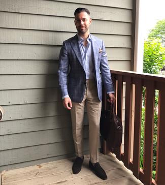 Comment porter une serviette en cuir marron foncé: Associe un blazer écossais bleu avec une serviette en cuir marron foncé pour un look idéal le week-end. Une paire de des slippers en daim marron foncé ajoutera de l'élégance à un look simple.