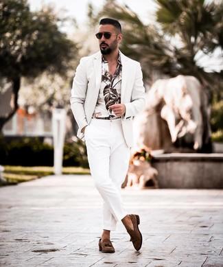 Comment porter: blazer blanc, chemise à manches longues imprimée blanche, pantalon de costume blanc, mocassins à pampilles en daim marron foncé