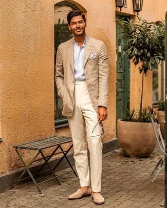 Comment porter un pantalon de costume beige: Pense à marier un blazer beige avec un pantalon de costume beige pour une silhouette classique et raffinée. Assortis ce look avec une paire de des slippers en daim beiges.