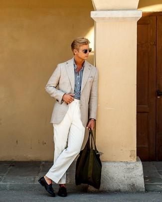 Comment porter: blazer beige, chemise à manches longues à rayures verticales bleu marine et blanc, pantalon de costume blanc, mocassins à pampilles en cuir bleu marine