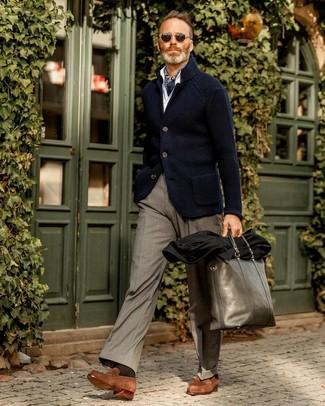 Comment porter un sac fourre-tout en cuir vert foncé: Porte un blazer en tricot bleu marine et un sac fourre-tout en cuir vert foncé pour une tenue relax mais stylée. Fais d'une paire de des slippers en daim marron ton choix de souliers pour afficher ton expertise vestimentaire.
