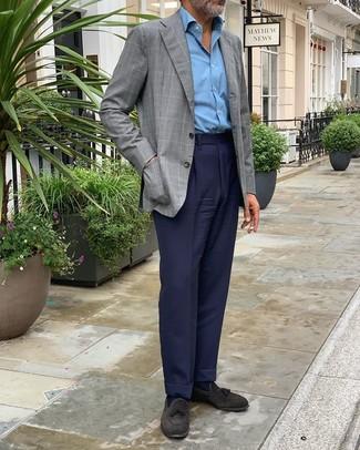 Comment porter: blazer à carreaux gris, chemise à manches longues bleu clair, pantalon de costume bleu marine, mocassins à pampilles en daim noirs