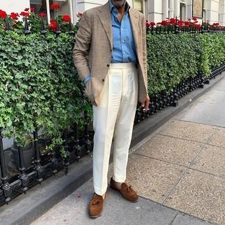 Comment porter: blazer écossais beige, chemise à manches longues bleue, pantalon de costume blanc, mocassins à pampilles en daim marron