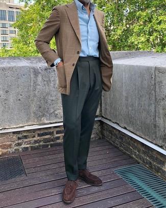 """Comment porter des chaussures derby en daim marron foncé: L'association d'un blazer écossais marron et d'un pantalon de costume vert foncé te démarquera de la masse sans trop être """"too much"""". Cet ensemble est parfait avec une paire de des chaussures derby en daim marron foncé."""
