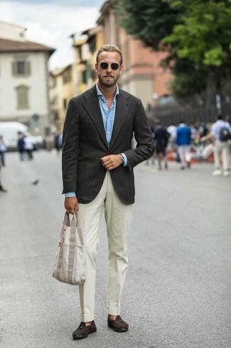 Comment porter: blazer marron foncé, chemise à manches longues bleu clair, pantalon de costume beige, mocassins à pampilles en daim marron foncé