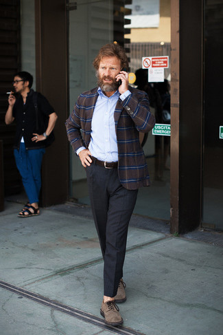 Comment porter un blazer écossais marron foncé: Opte pour un blazer écossais marron foncé avec un pantalon de costume gris foncé pour une silhouette classique et raffinée. Une paire de des chaussures derby en daim marron est une option judicieux pour complèter cette tenue.