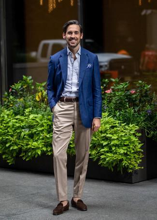 Tendances mode hommes: Porte un blazer bleu marine et un pantalon de costume beige pour un look pointu et élégant. Une paire de des slippers en daim marron foncé est une option astucieux pour complèter cette tenue.