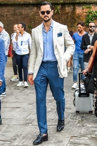 Comment porter des mocassins à pampilles en cuir noirs: Porte un blazer en lin blanc et un pantalon de costume bleu pour une silhouette classique et raffinée. Une paire de des mocassins à pampilles en cuir noirs s'intégrera de manière fluide à une grande variété de tenues.