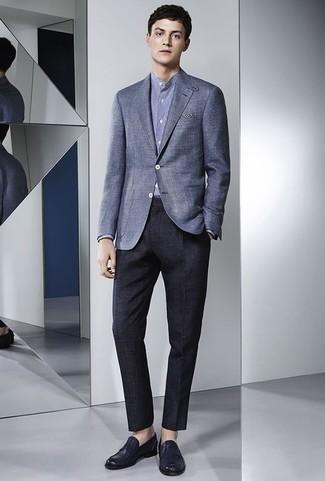 Comment porter un blazer bleu: Porte un blazer bleu et un pantalon de costume bleu marine pour une silhouette classique et raffinée. Cette tenue est parfait avec une paire de des slippers en cuir bleu marine.