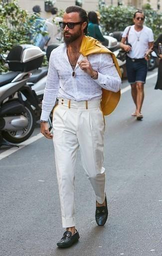 Comment porter une chemise à manches longues blanche pour un style elégantes: Associe une chemise à manches longues blanche avec un pantalon de costume blanc pour un look classique et élégant. Une paire de des slippers en cuir bleu marine est une option parfait pour complèter cette tenue.