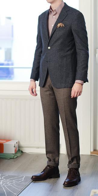 Comment porter un blazer gris foncé: Essaie d'associer un blazer gris foncé avec un pantalon de costume en laine à carreaux marron pour une silhouette classique et raffinée. Termine ce look avec une paire de des chaussures derby en cuir marron foncé.