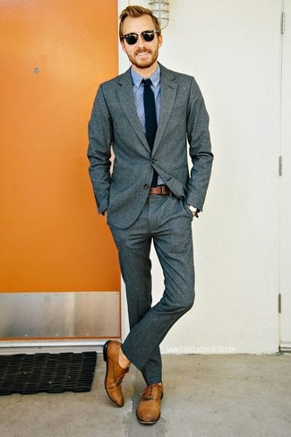 Comment porter: blazer gris foncé, chemise à manches longues bleu clair, pantalon de costume gris foncé, chaussures richelieu en cuir marron clair
