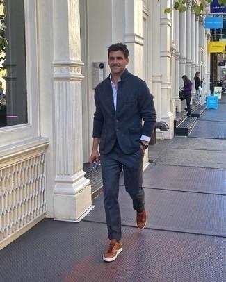 Comment porter une chemise à manches longues blanche: Essaie d'harmoniser une chemise à manches longues blanche avec un pantalon de costume gris foncé pour un look pointu et élégant. Une paire de baskets basses en cuir marron apporte une touche de décontraction à l'ensemble.
