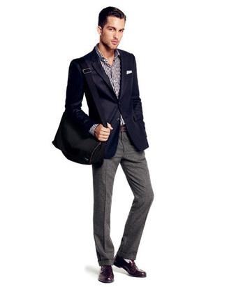 Comment porter: blazer bleu marine, chemise à manches longues en vichy noire et blanche, pantalon de costume en laine gris, slippers en cuir marron foncé