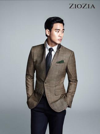Comment porter: blazer à carreaux marron, chemise à manches longues à carreaux blanche, pantalon de costume bleu marine, cravate gris foncé