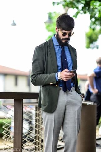 Comment porter: blazer gris foncé, chemise à manches longues en chambray á pois blanc et bleu, pantalon de costume gris, cravate bleu marine