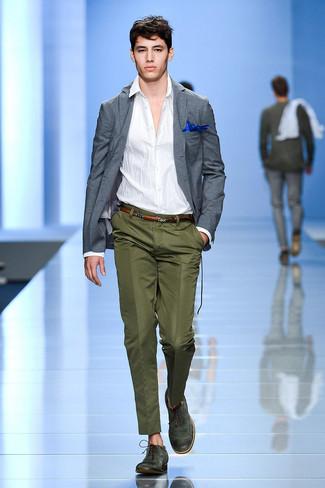 Comment porter: blazer gris, chemise à manches longues blanche, pantalon de costume olive, chaussures brogues en cuir vert foncé