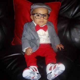 Comment porter: blazer gris, chemise à manches longues blanche, pantalon rouge, baskets blanches