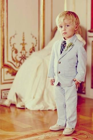 Comment porter: blazer bleu clair, chemise à manches longues blanche, pantalon bleu clair, slippers blancs