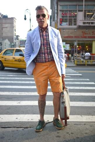 Tenue de Nick Wooster: Blazer bleu clair, Chemise à manches longues écossaise multicolore, Short orange, Chaussures derby en cuir vert foncé