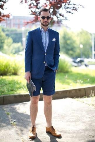 Comment porter: blazer en coton bleu, chemise à manches longues à rayures verticales blanc et bleu, short bleu marine, chaussures brogues en cuir marron clair