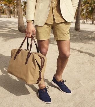 Comment porter: blazer beige, chemise à manches longues marron clair, short marron clair, chaussures richelieu en toile bleu marine