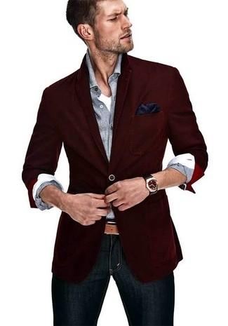 Comment porter: blazer bordeaux, chemise à manches longues grise, t-shirt à col en v blanc, jean skinny bleu marine