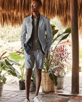 Comment porter: blazer gris, chemise à manches longues en lin bleu marine, t-shirt à col rond olive, short imprimé gris