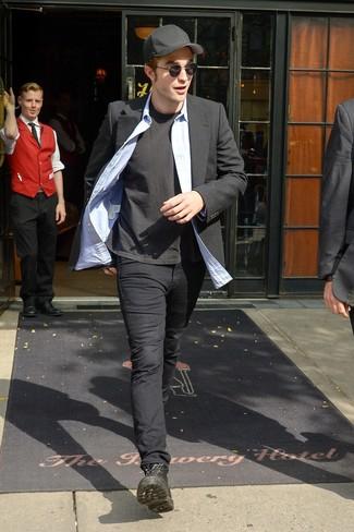Comment porter: blazer noir, chemise à manches longues en chambray bleu clair, t-shirt à col rond noir, pantalon chino noir