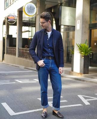 Comment porter: blazer bleu marine, chemise à manches longues bleu marine, t-shirt à col rond blanc, jean bleu