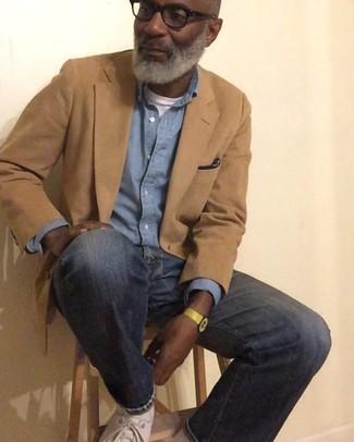 Comment porter: blazer marron clair, chemise à manches longues en chambray bleu clair, t-shirt à col rond blanc, jean bleu marine